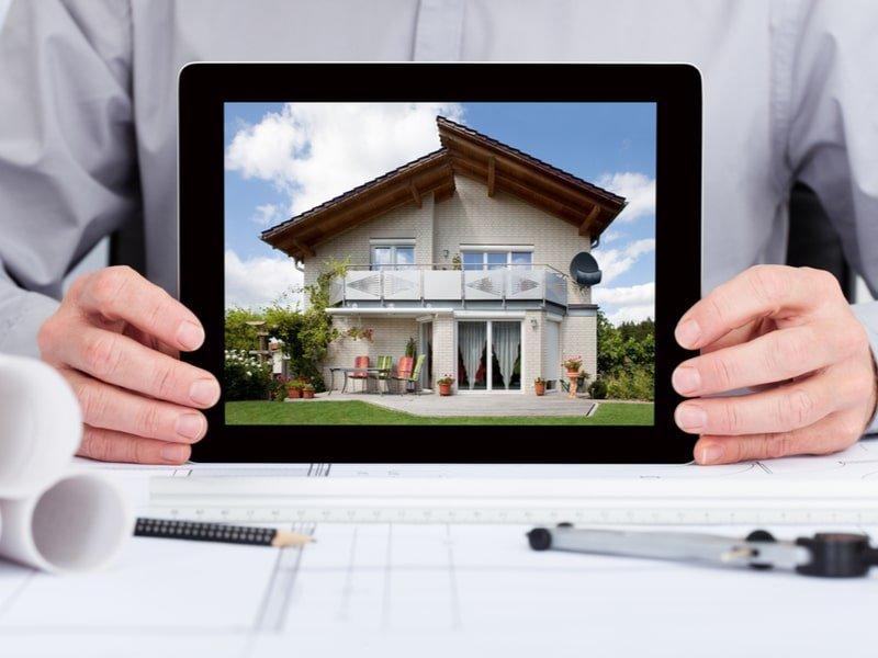 Architetto mostra l'immagine di una casa su un tablet